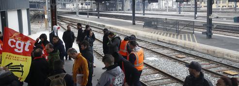 SNCF: la CGT poursuit la grève cet été