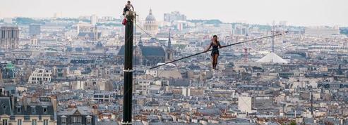 Une funambule dans le ciel de Montmartre