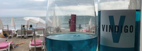 Le vin bleu suscite doutes et critiques