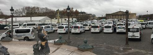 Les ambulanciers en colère bloquent le centre de Paris
