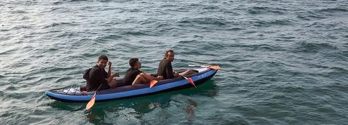 À Calais, les migrants se risquent en mer