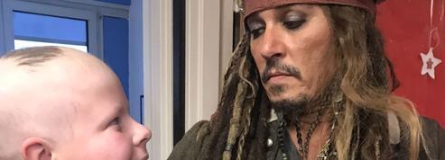 Johnny Depp joue Jack Sparrow pour les enfants malades de l'Institut Curie