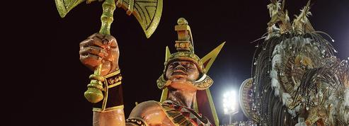 Au carnaval de Rio, la contestation anti-Bolsonaro pointe derrière la féerie sambiste