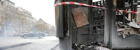 «Gilets jaunes»: un kiosque des Champs-Élysées détruit samedi déjà remplacé
