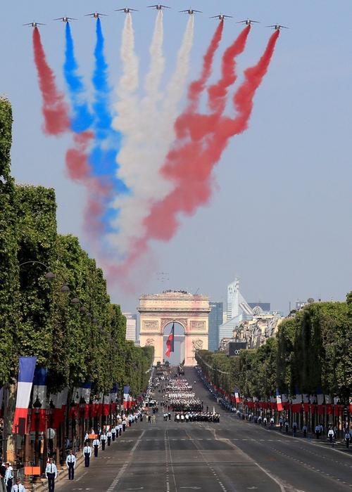 Les Alphajet ont libéré les couleurs nationales, une tradition du 14juillet. Une erreur de couleur a été commise sur un des tracés.