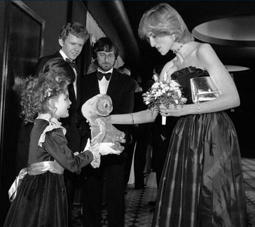 La princesse Diana face à la très jeune Drew Barrymore à la première du film E.T. de Steven Spielberg, le 9 décembre 1982. Crédits photo: capture Twitter.