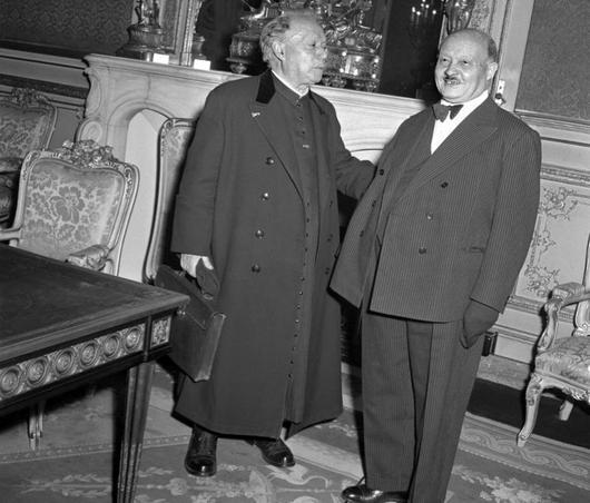 Le chanoine Félix Kir, doyen des députés, rencontre en soutane le dernier président de l'Assemblée nationale de la IVe République, André Le Troquer, en décembre 1958.