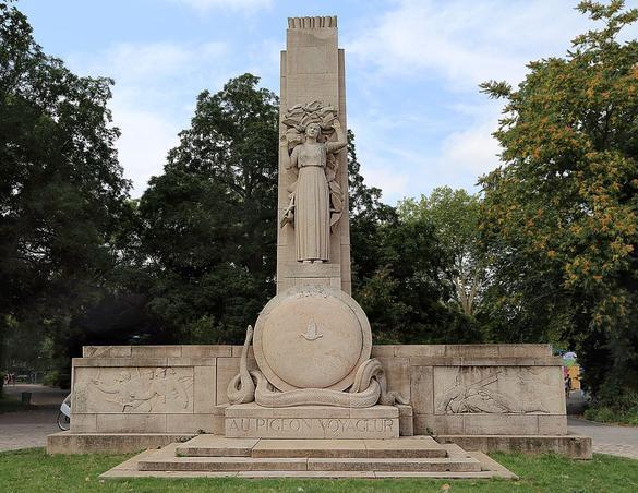 Monument «au pigeon voyageur», construit à Lille en 1936.