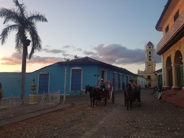 Des calèches sur la plaza mayor de Trinidad