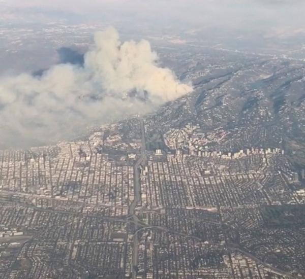 De la fumée s'élève de l'autoroute 405 à Los Angeles, mercredi.