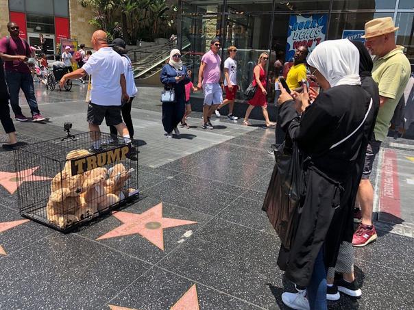 «L'hôtel de Trump», installation de Plastic Jesus, 2018.