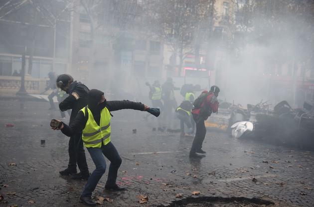 La photo originale a été prise sur les Champs-Élysées le 24 novembre, par un photographe de l'AFP.