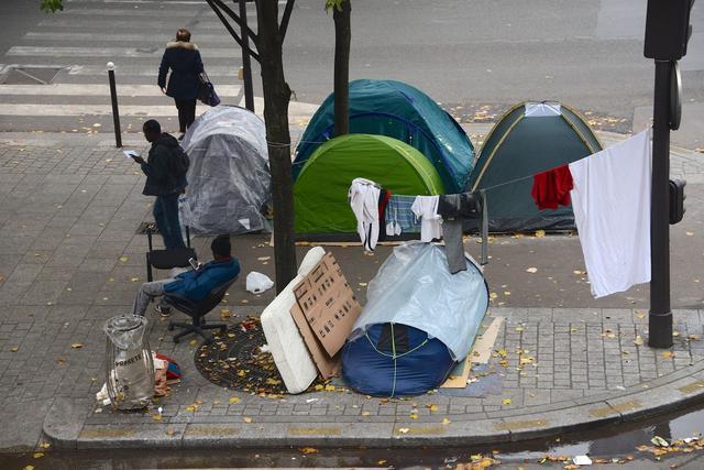 Chaque jour, de nouvelles tentes envahissent les trottoirs dans ce quartier du XIXe arrondissement. Crédit: Erez Lichtfeld.