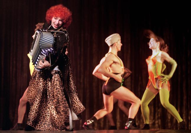 «Vévette» en concert au Casino de Paris, arborant une création de Jean-Paul Gaultier en décembre 1990.