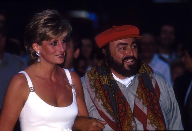 Luciano Pavarotti et Lady Diana, lors d'un concert de charité à Modène (Italie), en 1995. Crédits: rue des archives.