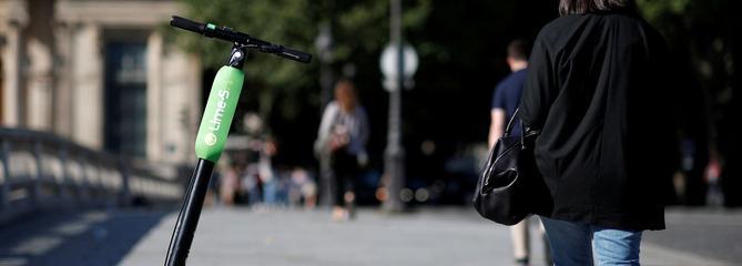 Le gouvernement bannit les trottinettes électriques des trottoirs