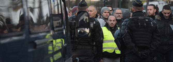 «Gilets jaunes» : une manifestante tuée, des centaines de blessés