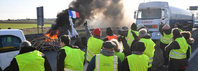 «Gilets jaunes»: des blocages maintenus avant le rendez-vous à Paris