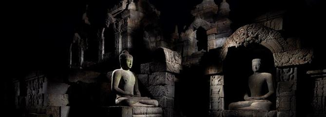 Under the Full Moon: cent dix clairs de lune à Borobudur
