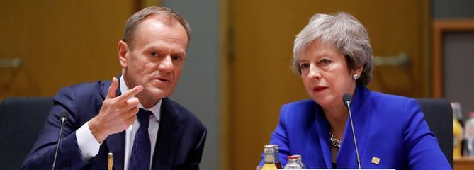 Bruxelles agite l'épouvantail d'un long report du Brexit