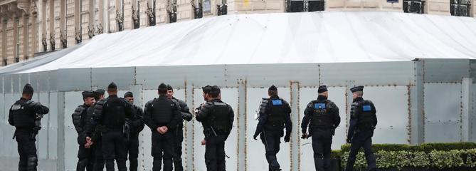 L'image saisissante du Fouquet's barricadé, une semaine après