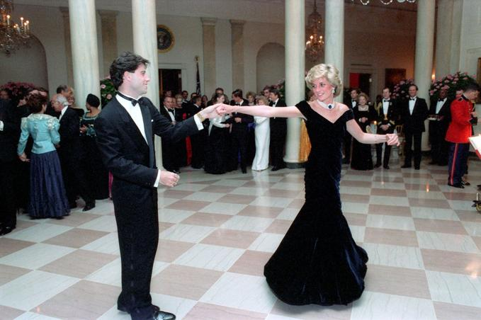 John Travolta danse avec Lady Di, lors d'un bal donné à la Maison Blanche en 1985. Crédits: rue des archives.