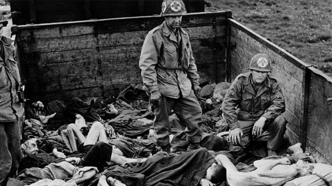 Les soldats américains découvrent à Dachau les cadavres de prisonniers après la libération du camp.