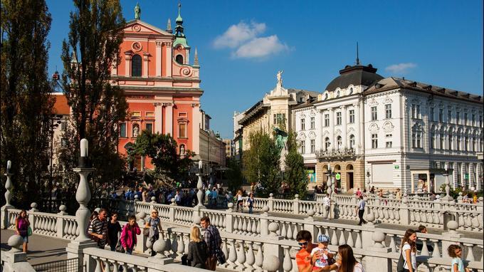 Le coeur battant de Ljubljana: le triple pont, la place Preseren, l'église franciscaine de l'Annonciation (XVIIe), les immeubles Art nouveau bâtis après le tremblement de terre de 1895.
