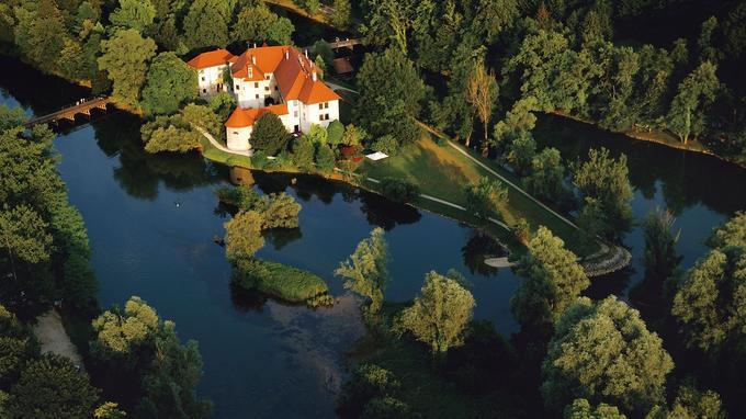 Posé sur un îlot de la rivière Krka, le château médiéval d'Ottocec a été restauré et tranformé en hôtel de luxe.