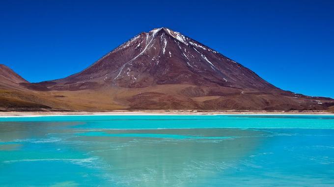 Vue sur le lac salé et sur le volcan de Licancabur. (Crédit: szeke/wikipédia)