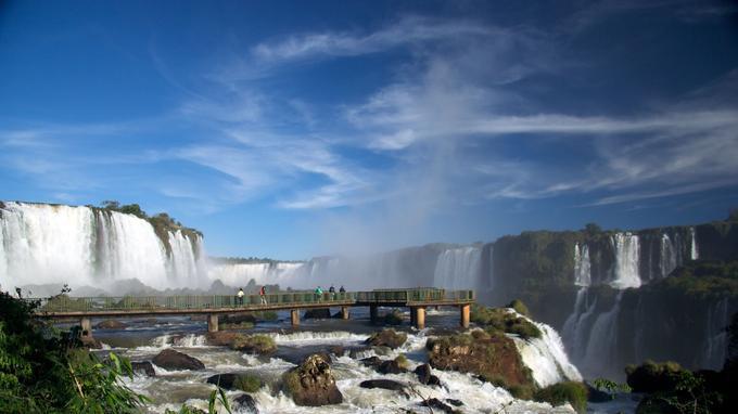 Vue d'ensemble des chutes d'Iguaçu et d'une des passerelles accessibles. (Crédit: Mark goble/Flickr/CC)