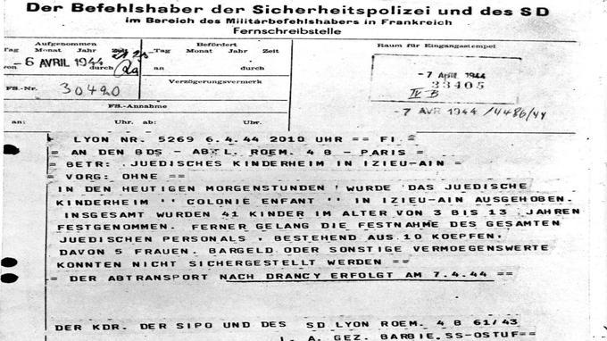 Le télex signé par Klaus Barbie, le 6 avril 1944, annonce l'arrestation des enfants d'Izieu et ordonne leur transfert à Drancy: «Ce matin, la maison d'enfants juifs 'Colonie Enfant' d'Izieu - Ain a été dissoute. Au total ont été arrêtés 41 enfants âgés de 3 à 13 ans. En outre, nous avons réussi à arrêter la totalité du personnel juif.»
