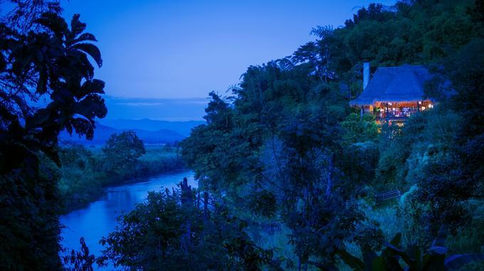 Erigé en surplomb de la rivière Ruak, le Burma Bar est le lounge des hôtes du Four Seasons Tented Camp Golden Triangle.