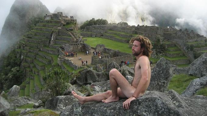 Amichay Rab posant nu devant le Machu Picchu.