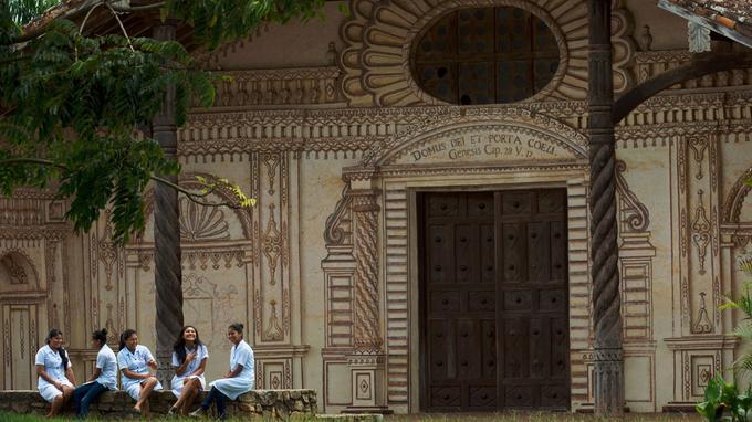 Sur le parvis de l'église de la mission San Javier, des élèves d'un lycée voisin profitent de l'heure de midi à l'ombre des grands arbres.