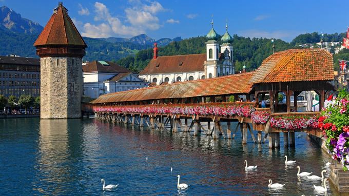 Romantique, le Pont de la Chapelle, qui traverse la Reuss, est le symbole de la ville de Lucerne.
