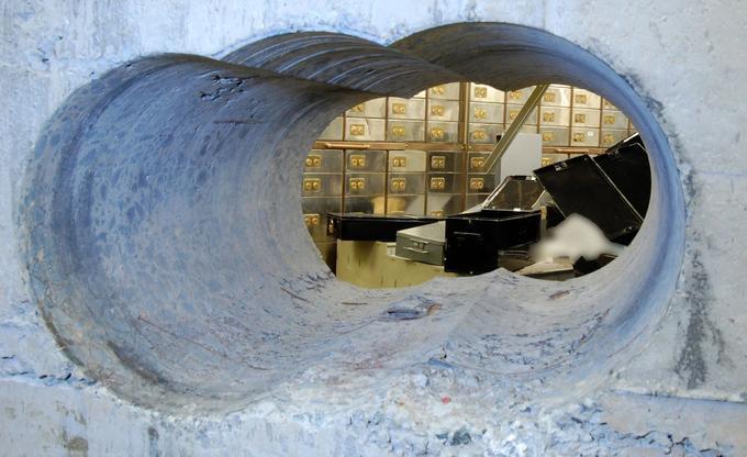 Les cambrioleurs ont percé une galerie à l'aide de matériel lourd et de foret diamant dans un épais mur de béton, jusqu'à la salle des coffres.