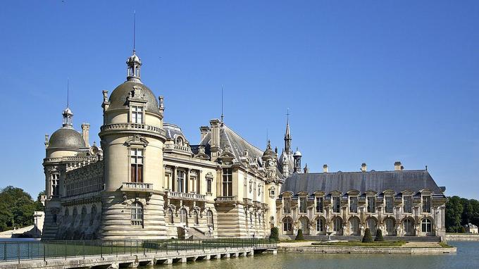Le château de Chantilly abrite la collection d'Henri d'Orléans et notamment son impressionante bibliothèque. (Crédit: Jebulon)