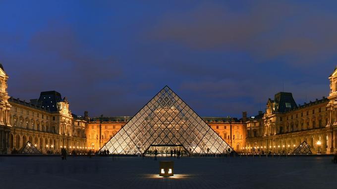 La pyramide du Louvre et deux de ses trois petites soeurs à gauche et à droite. (Crédit: Benh Lieu Song/ wikipédia)
