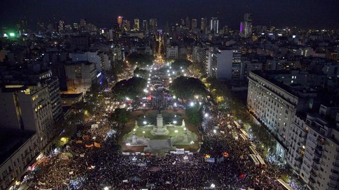 La place du Parlement à Buenos Aires (Argentine) mercredi soir.