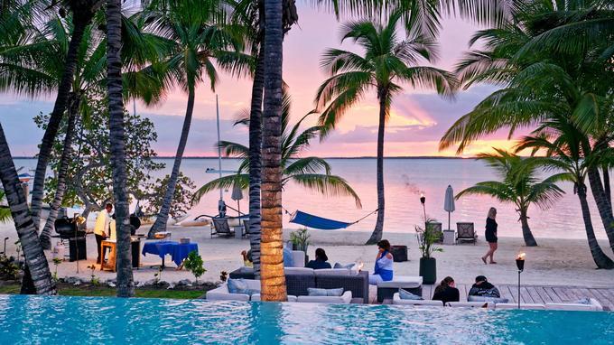 Buffet du soir sur la plage de l'hôtel Tiamo, au sud de l'île d'Andros. L' endroit idéal pour une lune de miel ensoleillée.