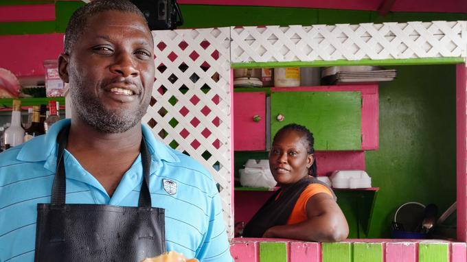 C'est dans ce genre de bar qu'il faut aller à Nassau pour déguster une salade de conche, «la» spécialité locale.