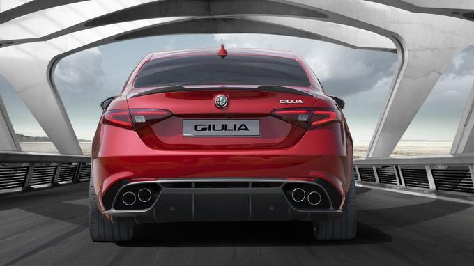 L'arrière évoque la Maserati Ghibli, mais le traitement du bouclier, avec diffuseur intégré, est plus sportif.