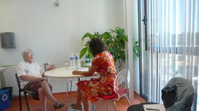 Dans son bureau du service oncologie du CHU de Chartres, Valéria Milewski reçoit ses patients, qui lui racontent, séance après séance, leurs vies.