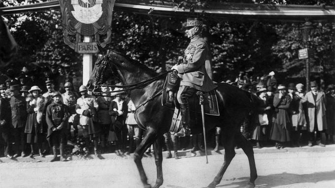 Le maréchal Foch à cheval lors du défilé de 1919. Celui-ci a contribué de manière décisive à la bataille de la Marne en 1914.