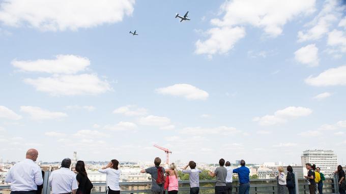 Avant le défilé du 14 Juillet mardi prochain, la répétition générale a eu lieu ce jeudi au-dessus de Paris. Depuis le toit de l'Institut du monde arabe, les touristes ont pu observer la soixantaine d'avions et hélicoptères qui composeront le défilé aérien.