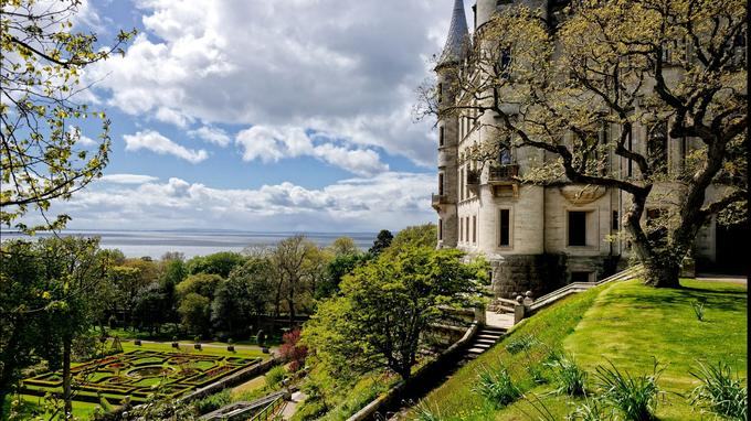 A Dunrobin Castle les comtes et les ducs de Sutherland, porte-flambeaux de l'une des familles les plus anciennes et les plus puissantes du pays, se sont inspirés des châteaux de la Loire et des jardins de Versailles.