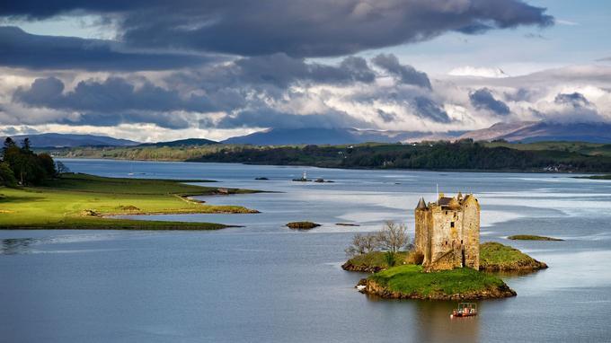 Certains châteaux ne se visitent jamais. Ou peu. Comme celuis de Stalker, à l'Ouest de l'Ecosse. Une maison-tour médiévale juchée sur un îlot, à l'écart du monde et des hommes.