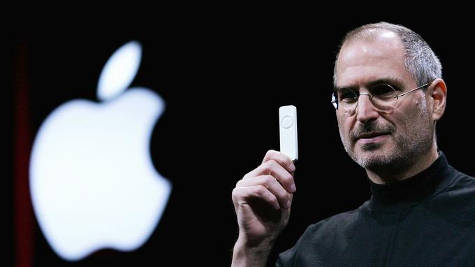 Steve Jobs et l'iPod d'Apple en 2005.