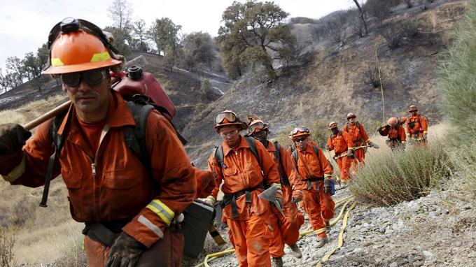 Plus de 14.000 personnes au total tentent de maîtriser les flammes, et sont soutenues par 108 hélicoptères et 22 avions bombardier d'eau